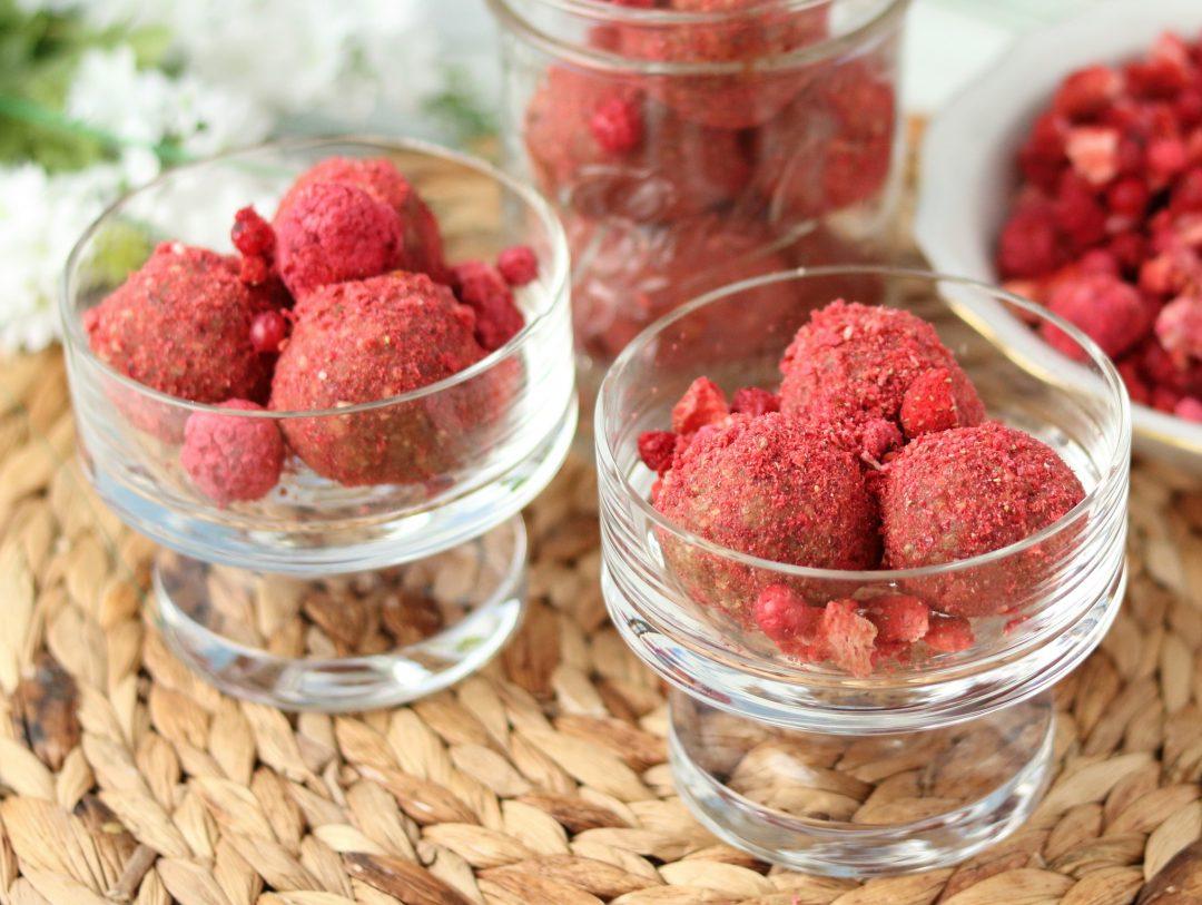 Vegane Protein Bliss Balls mit Beeren und Erdnussbutter