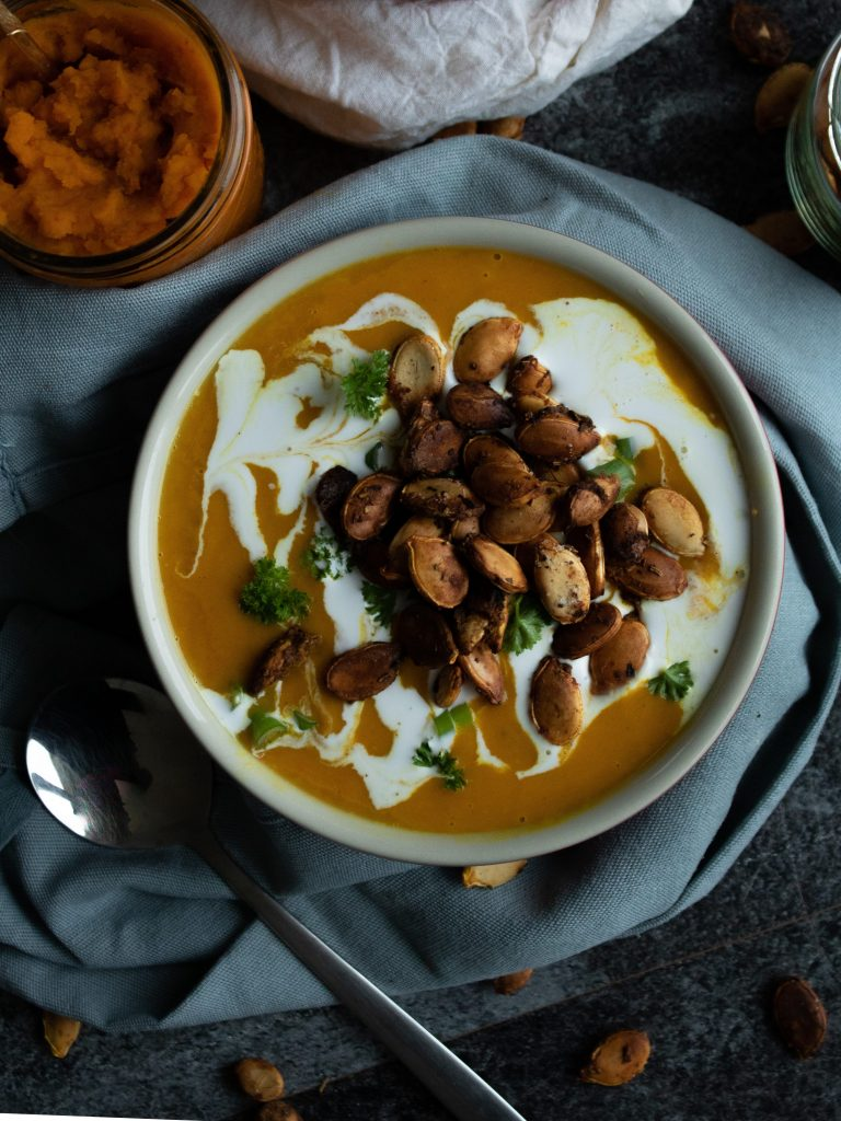 Vegane Kürbissuppe mit Kokosmilch und gerösteten Kürbiskernen