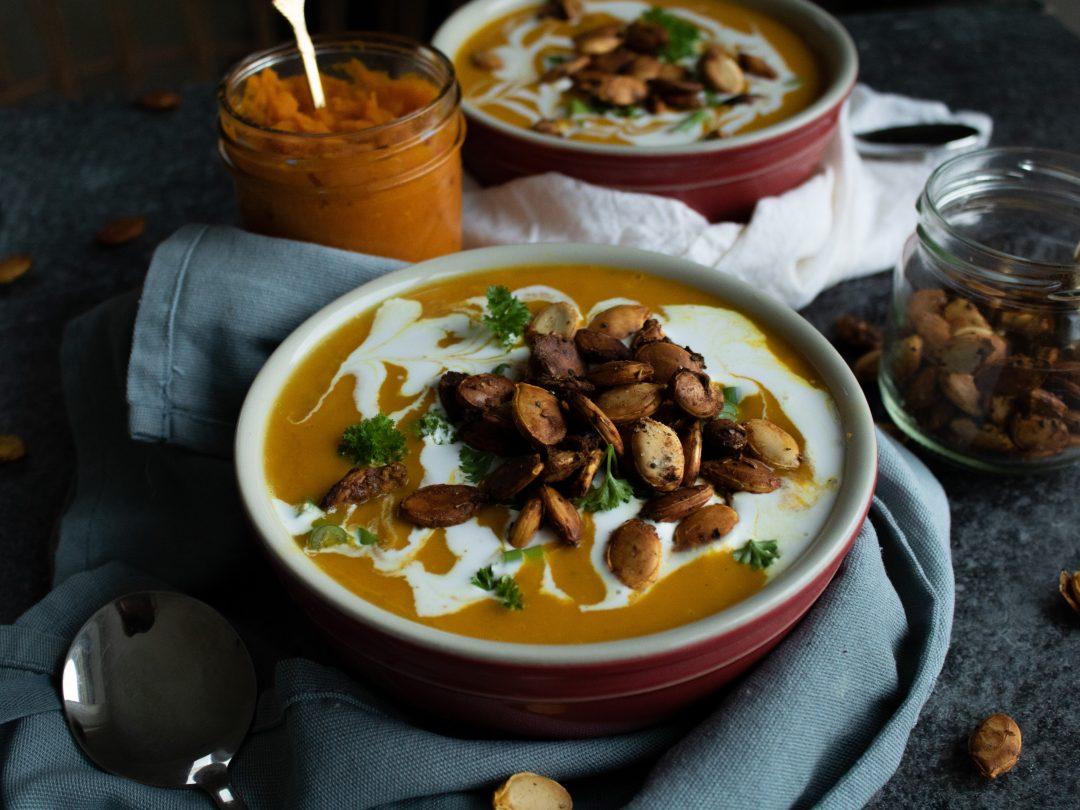 Vegane Kürbissuppe mit Kokosmilch